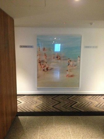 Adina Apartment Hotel Bondi Beach Sydney: Great art in the corridors