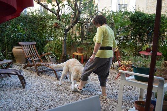 Le pouvoir des fleurs : Yvette with Lady, in the garden
