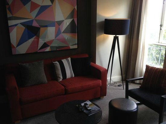 Adina Apartment Hotel South Yarra: Living room, all our legs were shoved together when we sat down