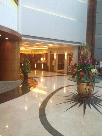 Holiday Inn Zhuhai: Front desk.