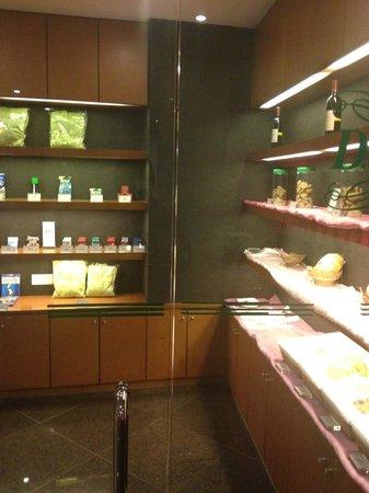 Holiday Inn Zhuhai: Pantry in lobby lounge.