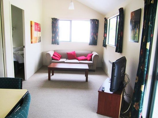 Waitomo Top 10 Holiday Park: Living area