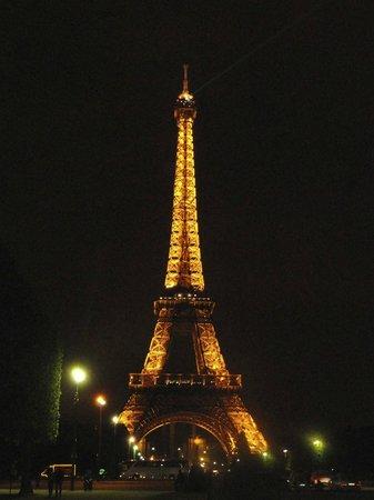 Le Relais Saint Charles: Eiffel Tower at night
