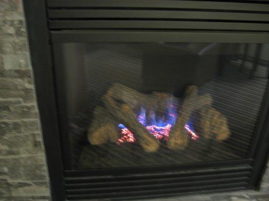 Hilton Garden Inn Gatlinburg Downtown : And the fireplace lit