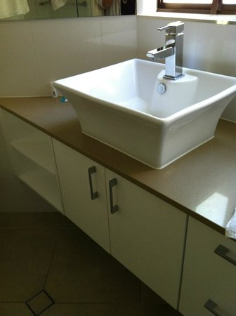 Ocean Breeze Resort: Apartment 41 - contemporary bathroom fittings