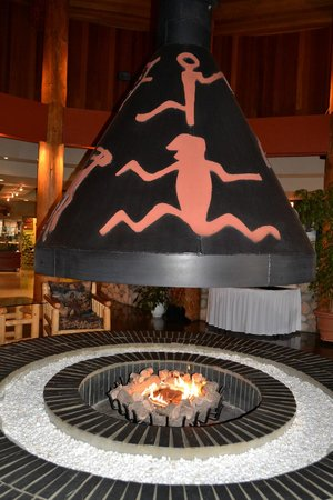 Quaaout Lodge & Spa at Talking Rock Golf Resort : Fireplace in the lobby