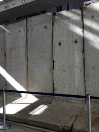 Newseum: East side of Berlin wall