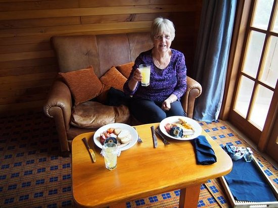 Powderhorn Chateau Mount Ruapehu: Our well deserved breakfast after doing the crossing