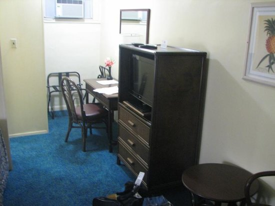 Hilo Seaside Hotel : Rest of the room  - only one chest of drawers
