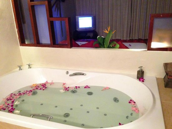 The Sunset Beach Resort & Spa, Taling Ngam: our very own jacuzzi inside our lovely room!!