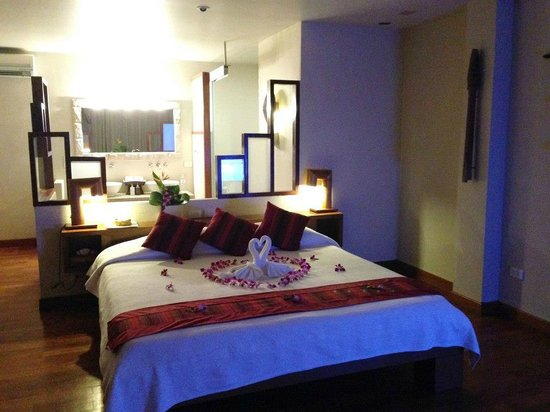 The Sunset Beach Resort & Spa, Taling Ngam : lovely room! loved the added touch of flower arrangement for my birthday :)