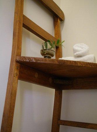 Tuck Inn Yarra Valley: Chair as shelf in ensuite