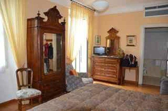 Hotel Olivedo: Bedroom Antiques