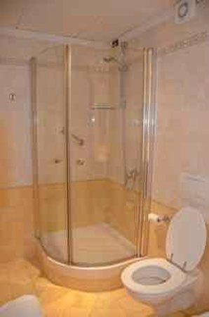 Hotel Olivedo: Modern Bathroom