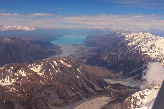 Air Safaris : Looking back down valley to Lake Pukaki