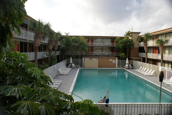 Red Carpet Inn Fort Lauderdale Airport : Very pleasant swim area