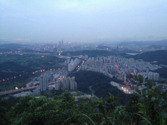 Wutong Mountain: Вид на городо