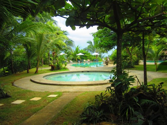 Popa Paradise Beach Resort: Entrance to large pool and lounge area