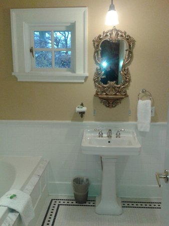 Rosewood Victoria Inn : Our Bathroom
