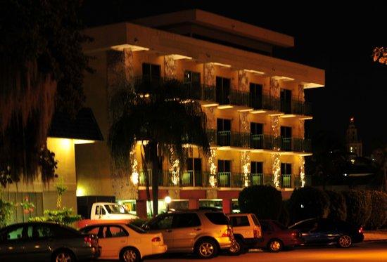 Hotel Chateaubleau: Вечерний вид н отель