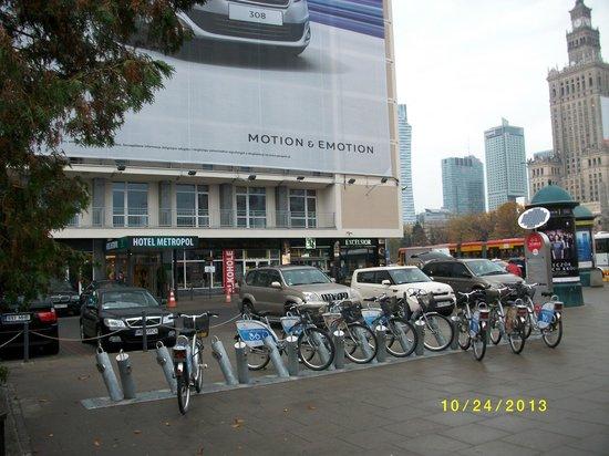Metropol Hotel: マルシャウコフスカ通りとイエロゾムスキー通りの交差点前。