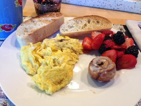 Urban Oasis Bed and Breakfast: I told Judi I like sweet and savory breakfasts and I got a little of both! NOM NOM NOM
