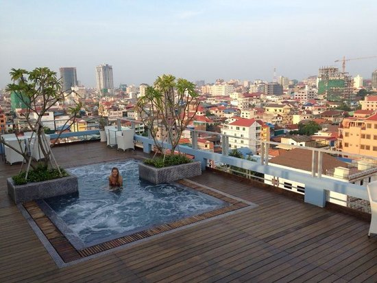The Frangipani Living Arts Hotel & Spa: Taking a dip in the rooftop pool!