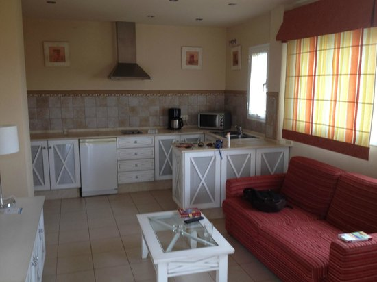 Apartamentos Piedramar: Wohnzimmer mit Küchenzeile