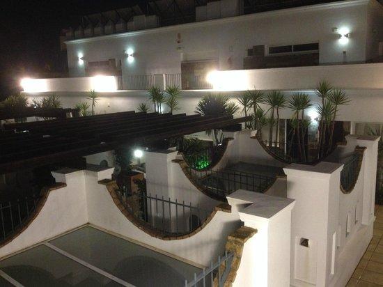 Apartamentos Piedramar: Innenhof bei nacht