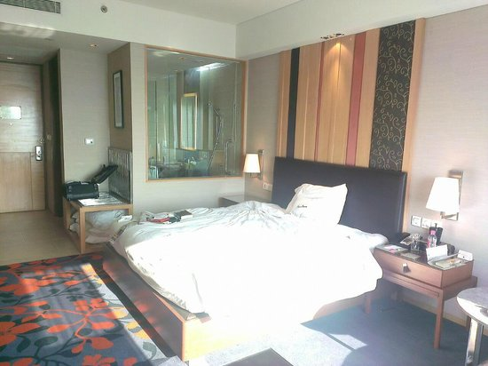 Holiday Inn New Delhi Mayur Vihar Noida: The generous King bed