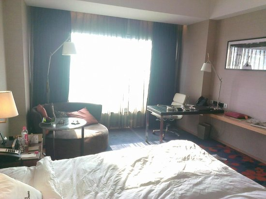 Holiday Inn New Delhi Mayur Vihar Noida: Desk with fine office chair, settee and the big bay window