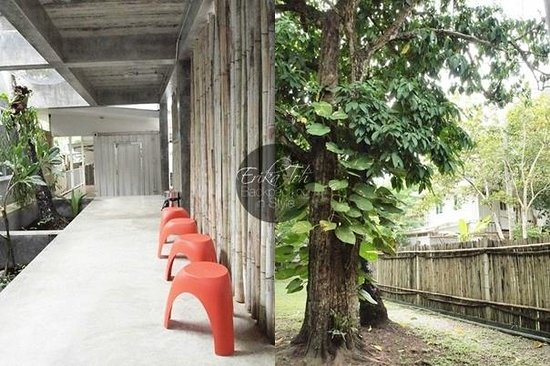 Glur Hostel : The walkway towards the shared bathrooms with cool, bright coloured stools