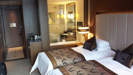 Sofitel Macau at Ponte 16 : Doppelzimmer mit twin beds. Glasfenster zum Bad mit Rollo zu schließen