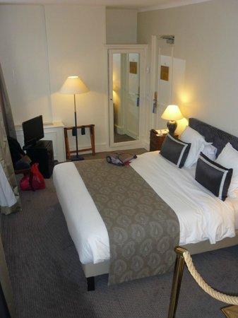 Hotel Mansart - Esprit de France: VUE DEPUIS LA SALLE DE BAIN