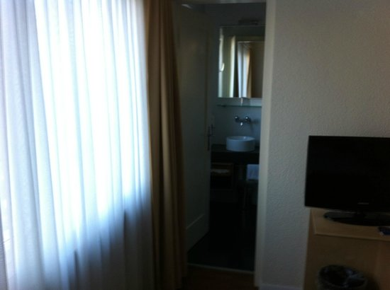 Hotel Ibis Styles Bern City : Salle de bains accès