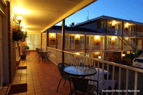 Summerhill Motor Inn: Motel - night view