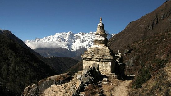 Earthbound Expeditions: Somewhere between Pangboche and Tengboche - 26 October 2013