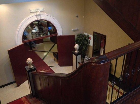 Hotel Atrium: Elegant Trappenhuis