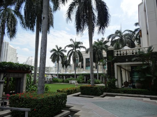 The Peninsula Bangkok: A stroll in the grounds