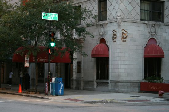 Red Roof Inn Chicago Downtown Magnificent Mile: view from the street corner