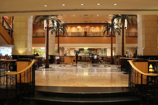 Corus Hotel Kuala Lumpur: Холл