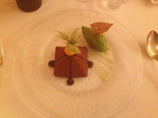 la petite maison : Pyramide au chocolat cœur griotte, glace a la menthe