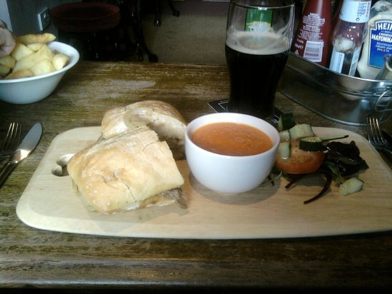 The White Hart Country Inn: Hot beef n onion panini with home made soup