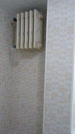 Altinoz Hotel: verwarming badkamer, achter de deur tegen het plafond