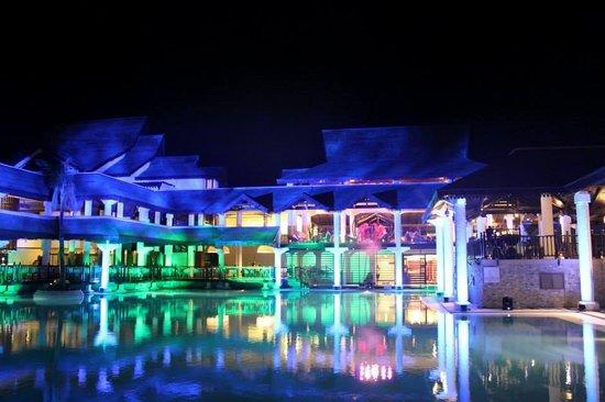 Sofitel Mauritius L'Imperial Resort & Spa: Swimming Pool at night