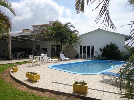 Pousada Favareto : Área da piscina, sala de jogos e churrasqueira.