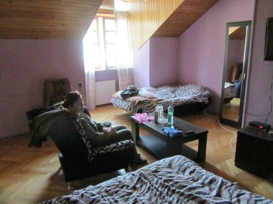Hotel Dzveli Ubani: Трёхместный номер на 3 этаже.