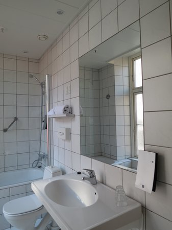 Hotel Skt. Annæ: A bathroom without curtains on a window
