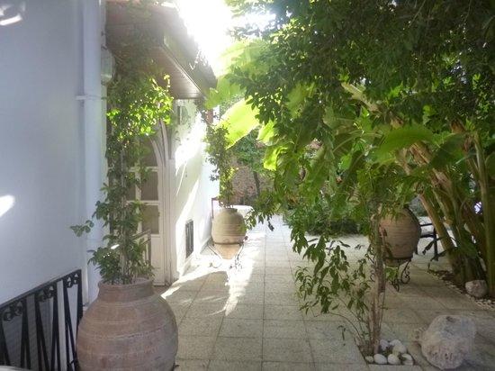 White Garden Pansion: La cour intérieure