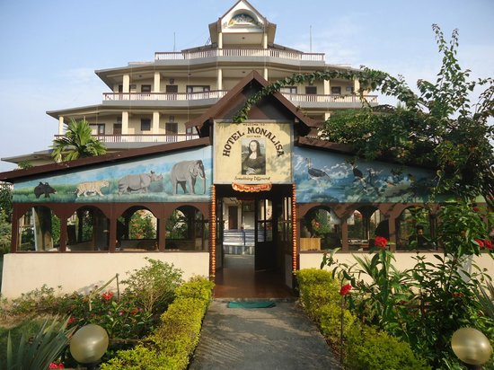 Hotel Monalisa Chitwan: hotel reception, front park and lobby